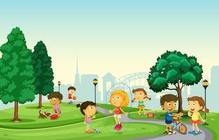 Barn leker i parken