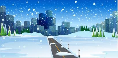 Snöig väg i stor modern stad
