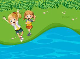 Två glada tjejer vid floden