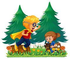 Junge, der den Helden und Mädchen spielt mit Teddybär spielt