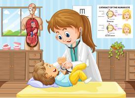 Doktor, der den kleinen Jungen an der Klinik überprüft