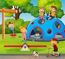 Barn som leker på lekplatsen
