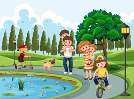 Familj som tränar i en park