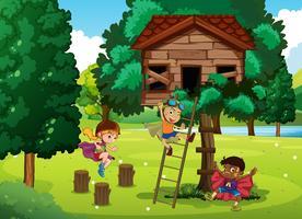 Barn som leker i trädgården
