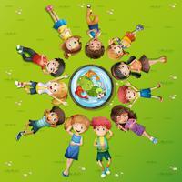 Många barn på grönt gräs