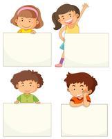 Vier Kinder, die leere Bretter halten vektor