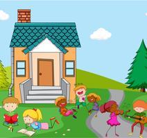 Kinder spielen vor dem Haus