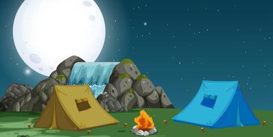 En vy över campingplatsen på natten