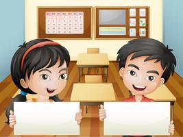 Två leende tonåringar med tomma skyltar