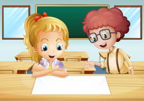 Ein Mädchen und ein Junge, die das leere Schild innerhalb des Klassenzimmers aufpassen