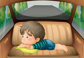 Sad pojke på baksidan av bilen