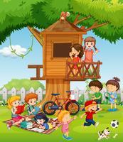 Barn leker i trädgården vektor
