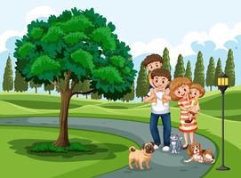 En familj som besöker park på semester
