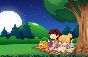 Mädchen, das Buch im Garten nachts liest