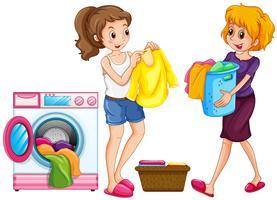 Två kvinnor gör tvätt