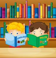 Pojkar läser böcker i biblioteket