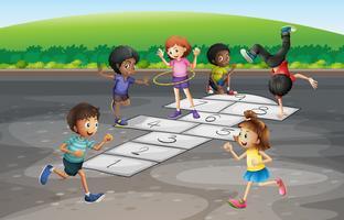 Många barn spelar hopscotch i parken