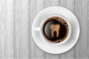 Tasse Kaffee mit dem Zahn von der realistischen Vektorillustration des Schaums.