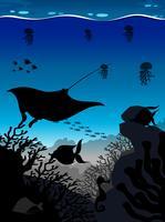 Silhouettieren Sie Szene mit Stechrochen und Fischen Sie Unterwasser