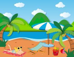 Mädchen, das auf dem Strand ein Sonnenbad nimmt