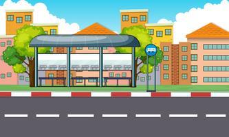 Stadsplats med busshållplats och byggnader