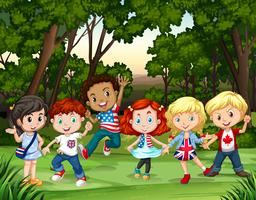 Grupp av barn i skogen