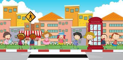 Glückliche Kinder, die auf Bürgersteig stehen