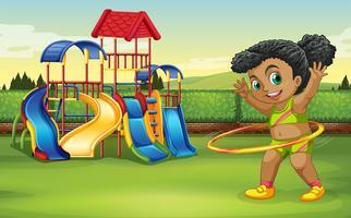 En tjej gör hula hoop på parken