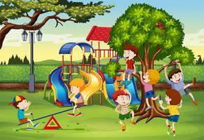 Många barn leker i parken