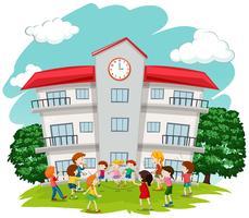Barn som leker framför skolan
