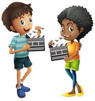 Pojke och flicka som håller klädbräda