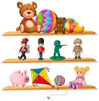 Nette Spielzeuge auf hölzernen Regalen