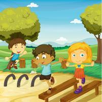 barnen leker i en vacker natur
