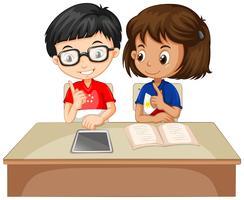 Pojke och tjej arbetar tillsammans