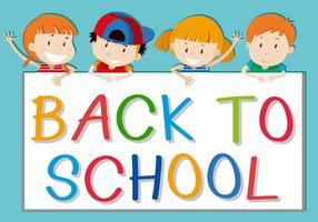 Kinder, die zurück zum Schulzeichen halten