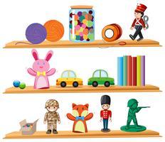 Leksaker och böcker på hyllor