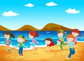 Lyckliga barn leker på stranden