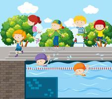 Barn spelar olika sporter i parken
