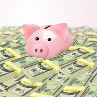 Piggybank i massor av pengar