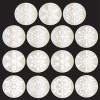 weiße Schneeflocken auf metallischen Silberkreisen