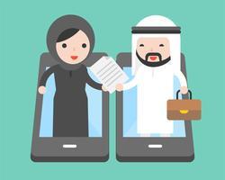 Arabischer Geschäftsmann und arabische Geschäftsfrau handeln Dokument