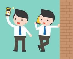 Affärsman som använder mobiltelefon selfie och vägg, redo att använda tecken