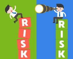 Geschäftsmann sitzen auf Risikoblock mit Binokular