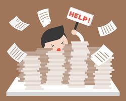 Affärsman i hög med dokument som ber om hjälp, över arbetsbelastning