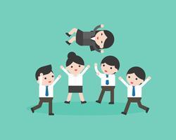 Werfender Manager des netten Geschäftsmannteams in der Luft