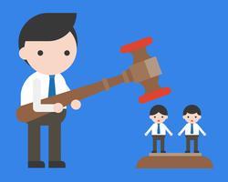 Affärsman som håller hammare, andra medarbetare som står under hammare
