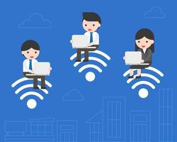 Geschäftsleute, die auf WLAN-Symbol sitzen und mit Laptop arbeiten