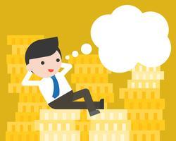 Kleiner Geschäftsmann lag auf Stapel Goldmünzen und leere Spracheblase
