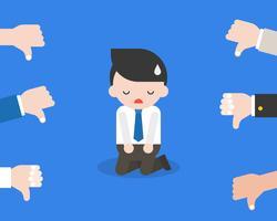 Nettes Geschäftsmann- oder Politikerknie auf Boden für verantwortlich mit Abneigung