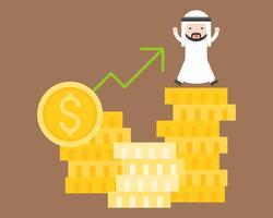 Glücklicher arabischer Geschäftsmann auf Stapel von Goldmünzen mit Pfeil oben